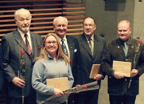 Ansioplaketit 2004 (Arvi A. Koivisto, Hanna Snellman, Risto Hyvärinen ja Pentti Roiko-Jokela (Metsämiesten säätiö) sekä Timo Kukko (Lusto)